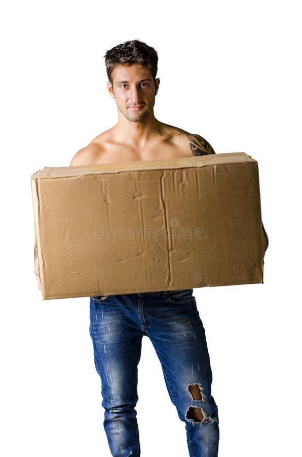 Przystojnego młodego człowieka bez koszuli mienia duży karton obrazy royalty free