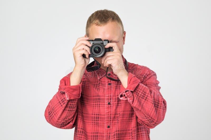 Przystojnego młodego człowieka mienia rocznika staromodna ekranowa kamera zdjęcie stock
