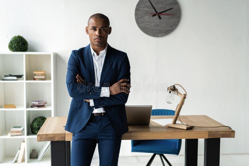 Przystojnego rozochoconego amerykanina afrykańskiego pochodzenia wykonawczy biznesowy mężczyzna przy workspace biurem obraz royalty free
