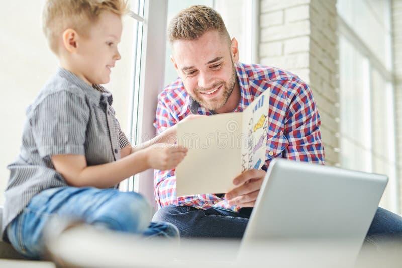 Przystojnego tata ojców dnia Czytelnicza karta obraz royalty free