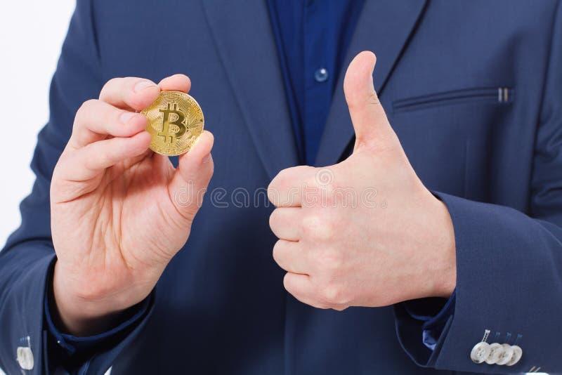 Przystojnego ufnego biznesmena mienia bitcoin złocista moneta Selekcyjna ostrość biznesowego pojęcia odosobniony sukcesu biel Duż zdjęcie royalty free