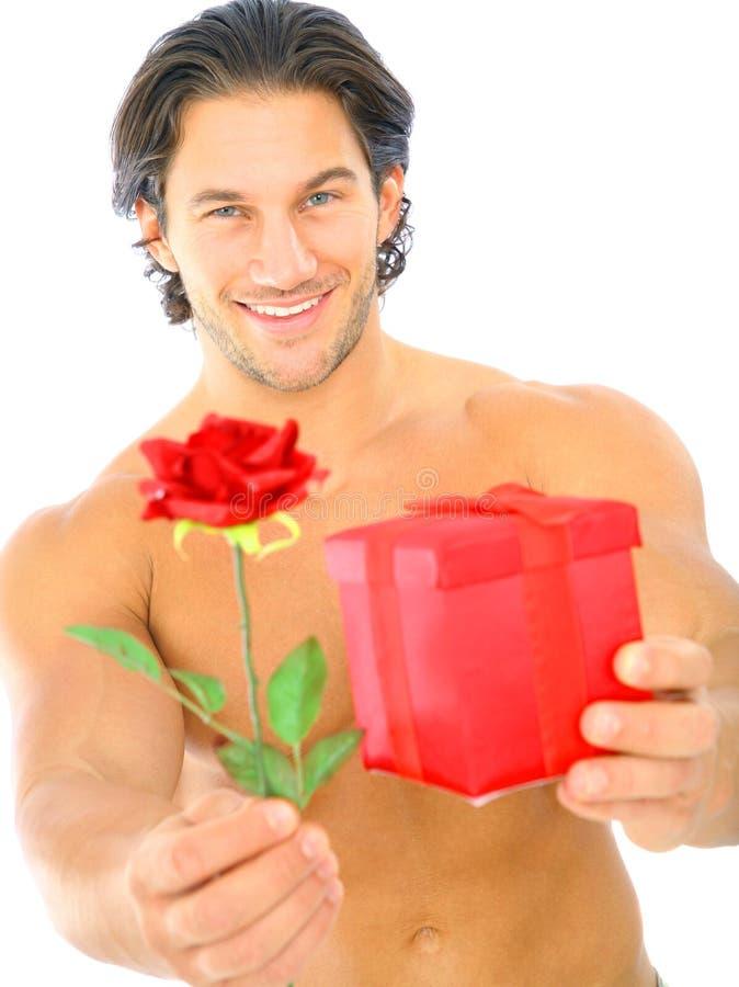 przystojnej mężczyzna ofiary teraźniejszości czerwieni różani potomstwa obrazy royalty free