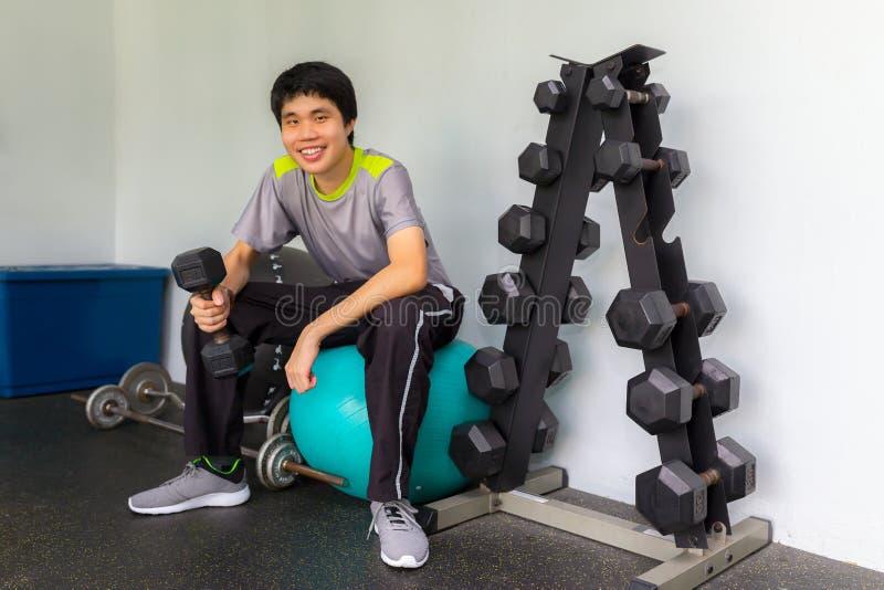 Przystojnej władzy mężczyzny sportowy bodybuilder robi ćwiczeniom z d obraz royalty free