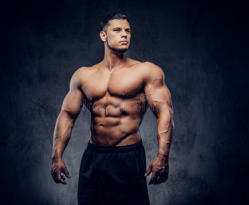 Przystojnej władzy sportowy mężczyzna z mięśniowym ciałem zdjęcie royalty free