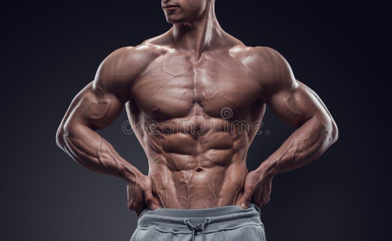 Przystojnej władzy sportowy młody człowiek z wielką budową ciała fotografia royalty free