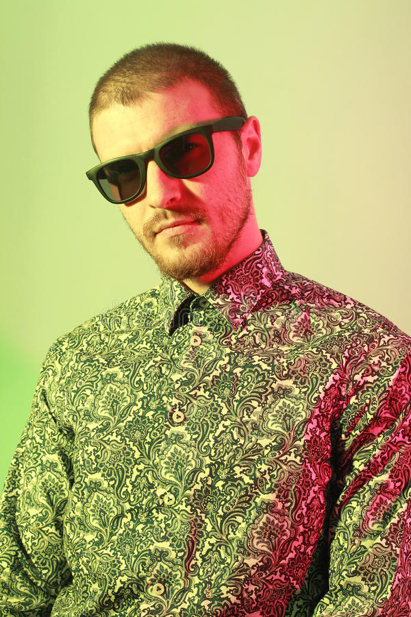 przystojni mężczyzna portreta okulary przeciwsłoneczne młodzi zdjęcia stock