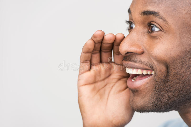 Przystojni młodzi człowiecy plotkuje podczas gdy stojący na bielu zdjęcia stock