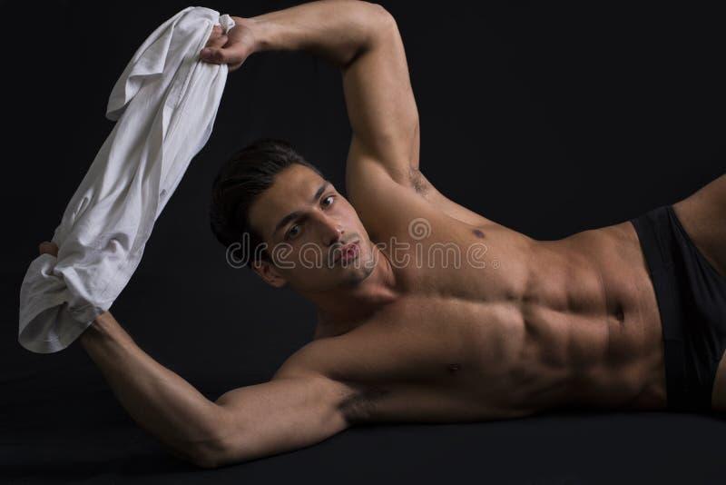 Przystojny łaciński młodego człowieka kłaść nagi na podłoga zdjęcie stock