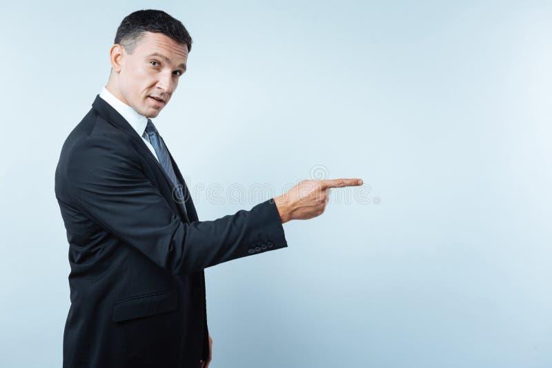 Przystojny ładny przedsiębiorca wskazuje przed on fotografia royalty free