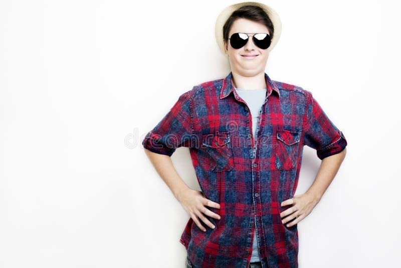 Przystojny śmieszny mężczyzna z okularami przeciwsłonecznymi i kapeluszem fotografia stock