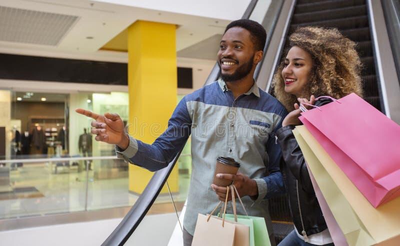 Przystojny afrykański facet pokazuje jego dziewczynie gdzie iść następnie zdjęcie stock