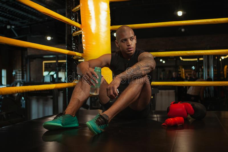 Przystojny Afrykański męski bokserski myśliwski szkolenie przy gym obraz royalty free