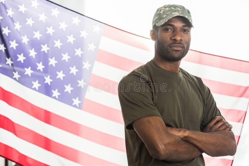 Przystojny amerykanina afrykańskiego pochodzenia żołnierz w kamuflażu odziewa przed fotografia royalty free