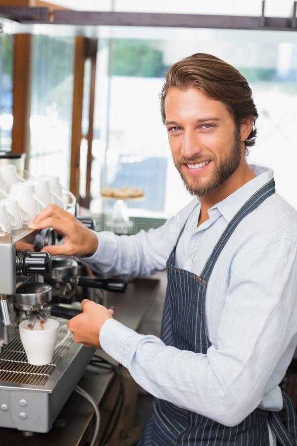 Przystojny barista robi filiżance kawy obraz stock