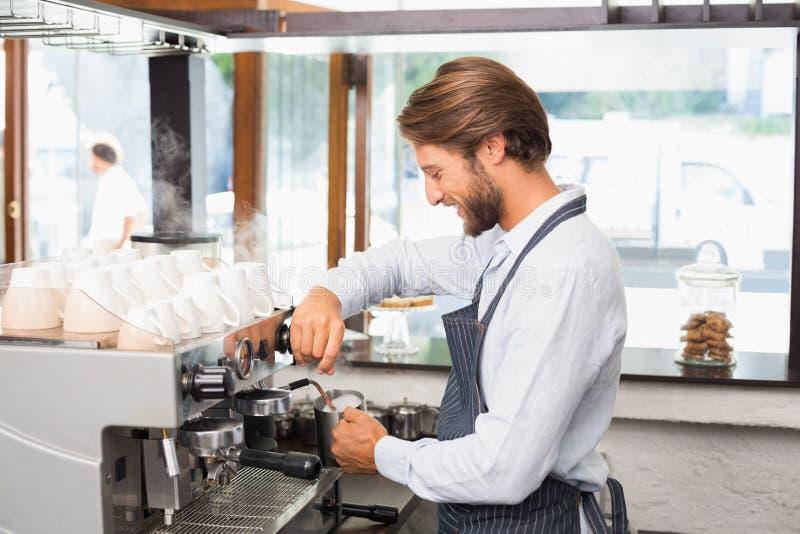 Przystojny barista robi filiżance kawy fotografia stock