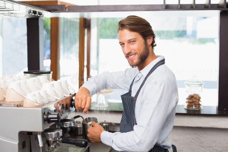 Przystojny barista robi filiżance kawy zdjęcia stock