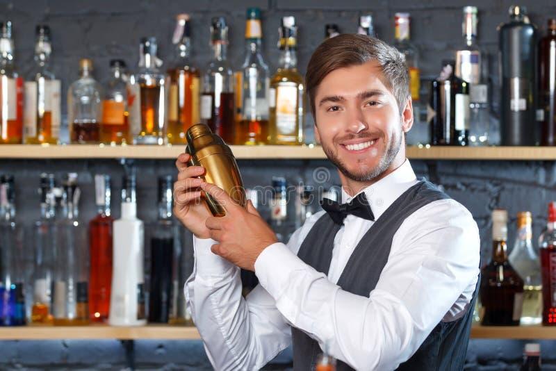 Przystojny barman podczas pracy zdjęcia royalty free