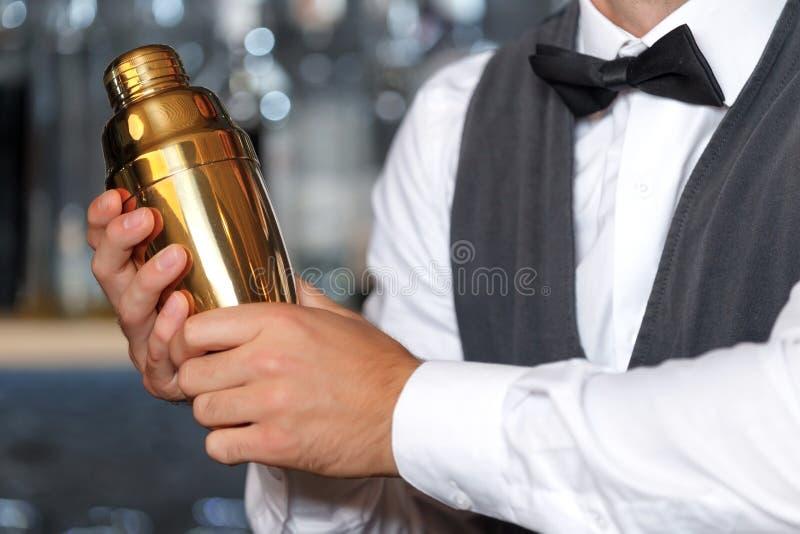 Przystojny barman podczas pracy obrazy royalty free