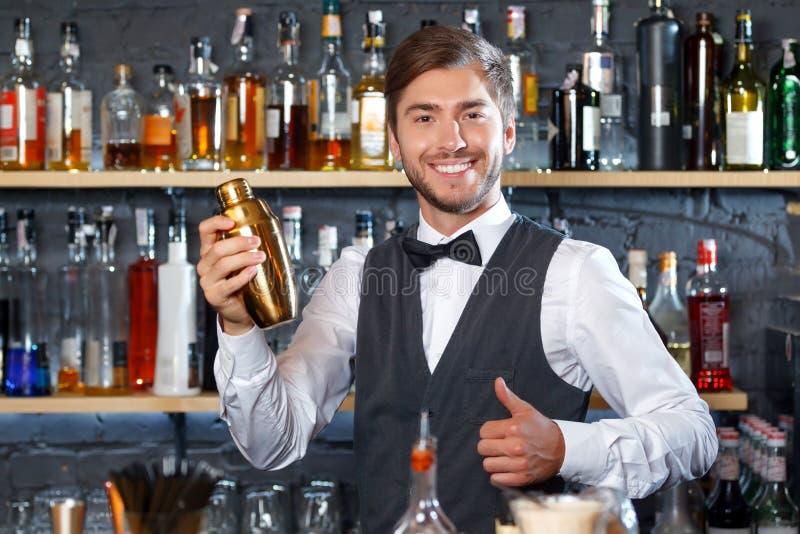 Przystojny barman podczas pracy fotografia stock