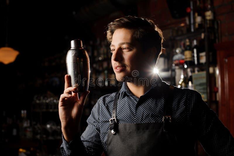 Przystojny barman trzyma potrząsacza w ręce zdjęcie royalty free