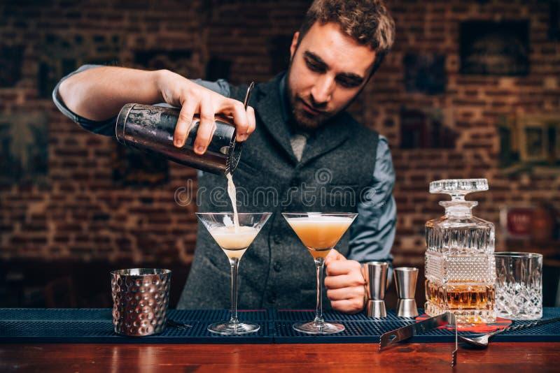Przystojny barman tworzy fachowych koktajle Szczegóły alkoholiczni napoje i napoje przy pubem lub barem obrazy stock