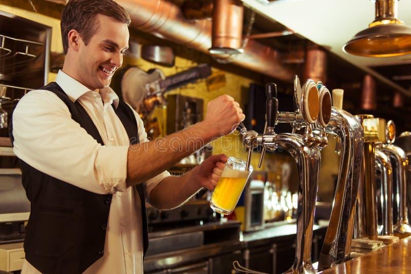 Przystojny barmanu działanie zdjęcia stock