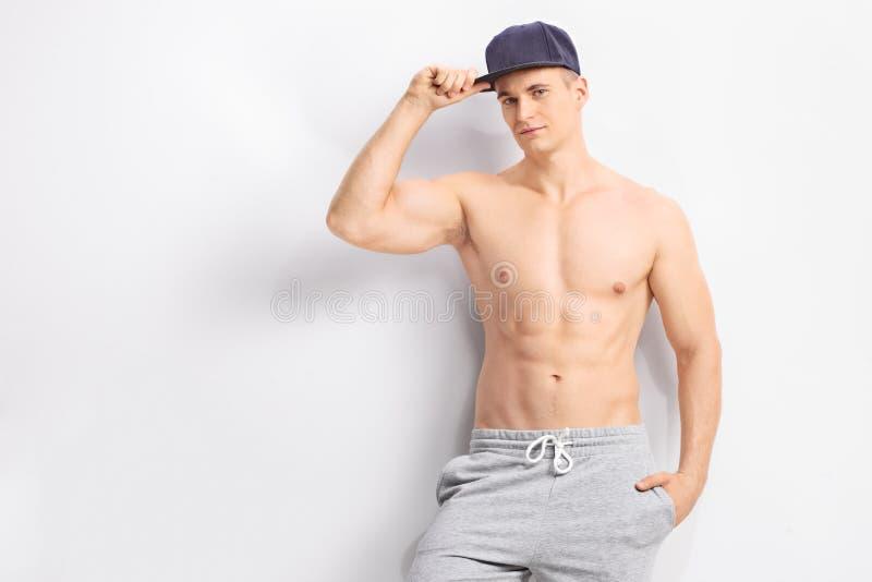 Download Przystojny Bez Koszuli Mężczyzna Z Zmrokiem - Błękitna Nakrętka Obraz Stock - Obraz złożonej z facet, 1: 57662113