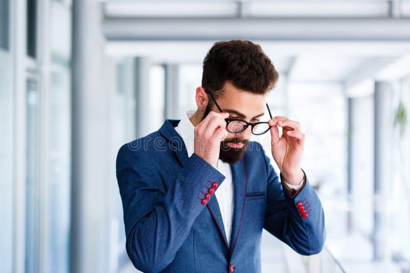 Przystojny biznesmen Bierze Daleko Eyeglasses fotografia stock