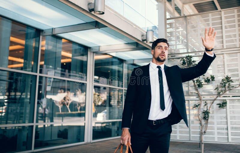 Przystojny biznesmen dzwoni samochód obrazy royalty free