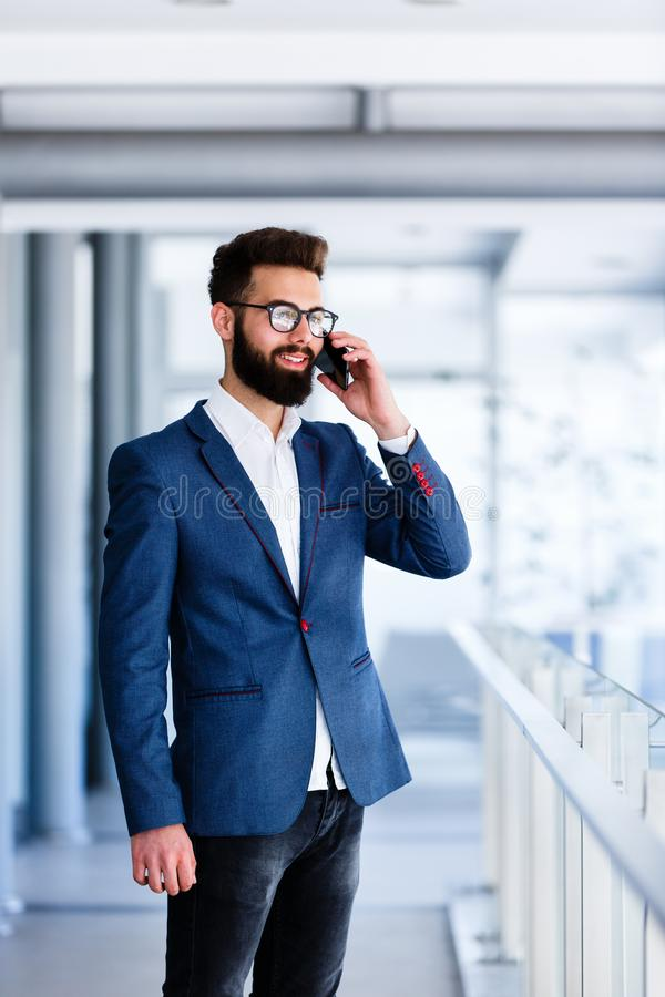 Przystojny biznesmen opowiada przy telefonem zdjęcie stock