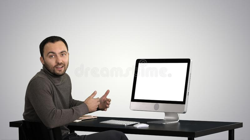 Przystojny biznesmen patrzeje in camera i opowiada na gradientowym tle obrazy royalty free