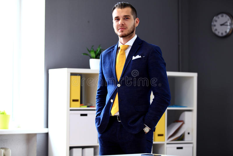 Przystojny biznesmen patrzeje kamerę w kostiumu fotografia stock