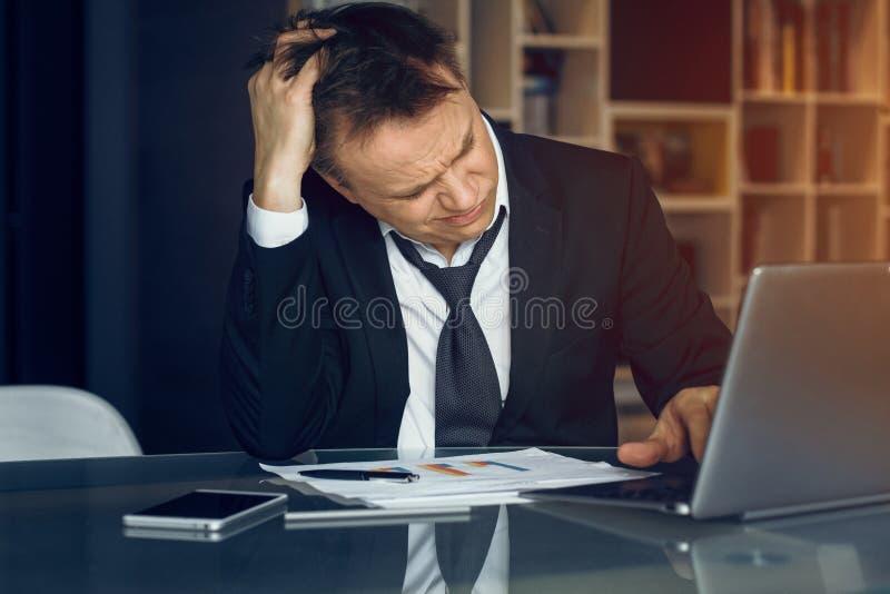 Przystojny biznesmen pracuje od domu zdjęcia stock