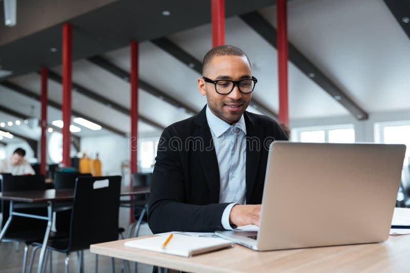 Przystojny biznesmen pracuje używać laptop obraz royalty free