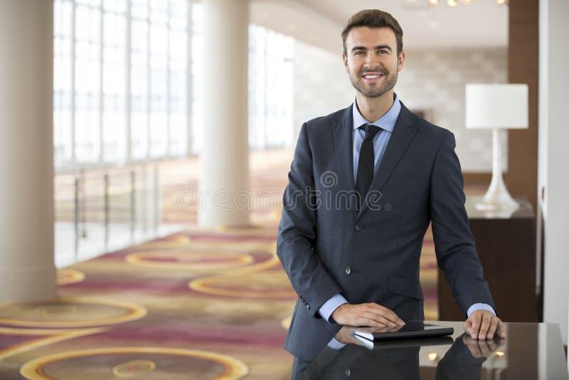 Przystojny biznesmena portret przy Hotelową pracy konferencją zdjęcie royalty free