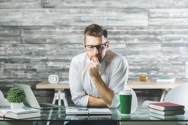 Przystojny biznesowy mężczyzna pracuje na projekcie fotografia stock