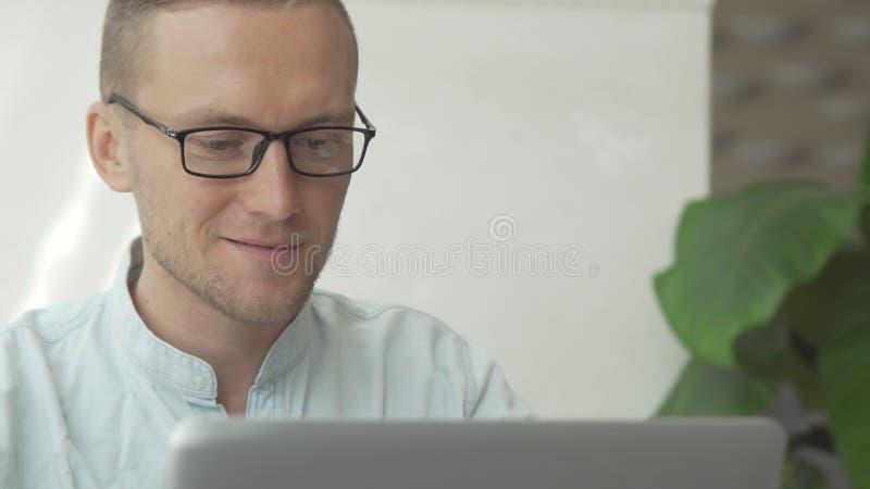 Przystojny biznesowy mężczyzna pracuje przy laptopem zdjęcia stock