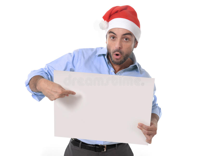 Przystojny biznesowy mężczyzna w Santa bożych narodzeń kapeluszowym wskazuje pustym billboardzie obraz stock