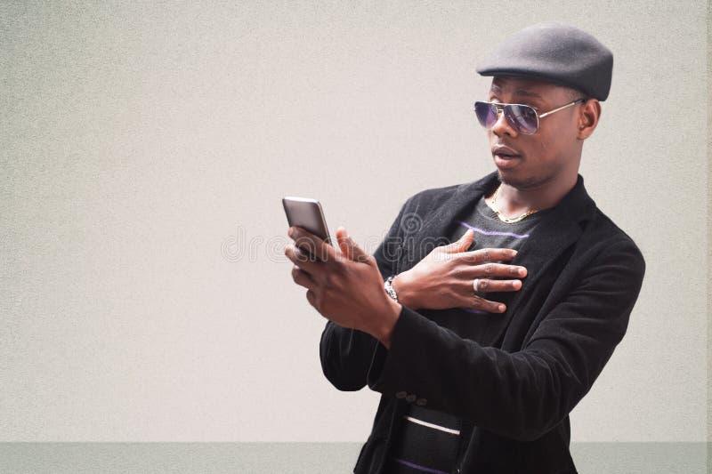 Przystojny biznesowy mężczyzna z telefonem komórkowym obrazy stock