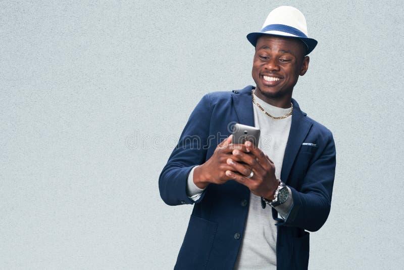 Przystojny biznesowy mężczyzna z telefonem komórkowym obrazy royalty free
