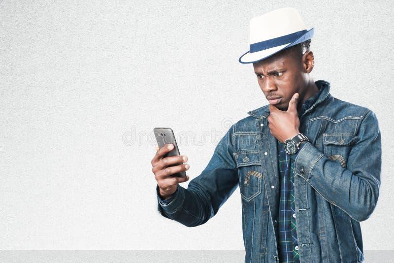 Przystojny biznesowy mężczyzna z telefonem komórkowym zdjęcie stock