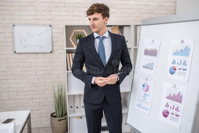 Przystojny biznesu trener w konwersatorium fotografia stock