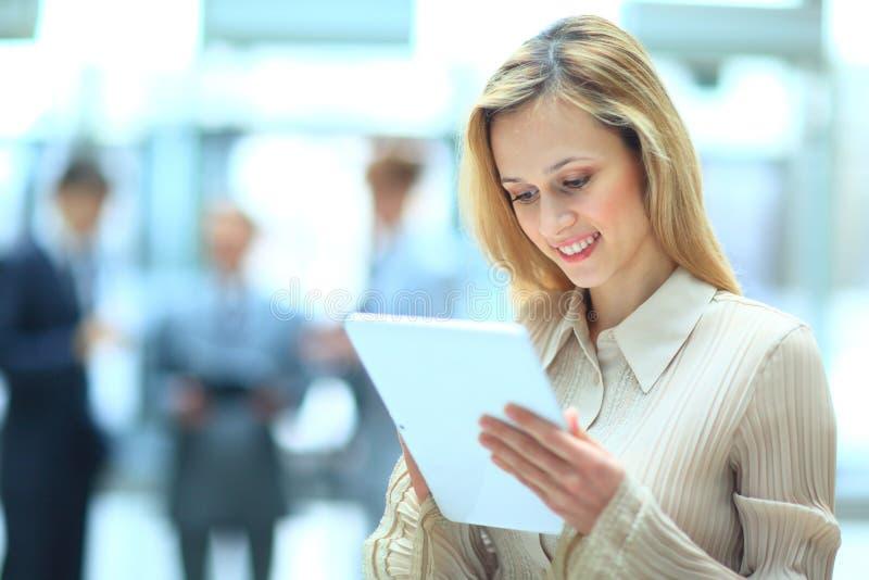 Bizneswoman używa jego cyfrową pastylkę zdjęcia stock