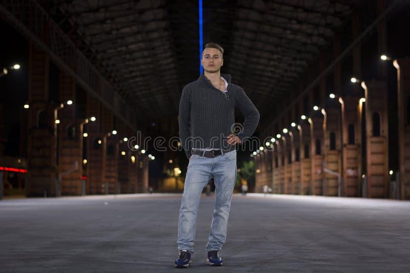 Przystojny blond młody człowiek samotnie w miastowym położeniu fotografia royalty free