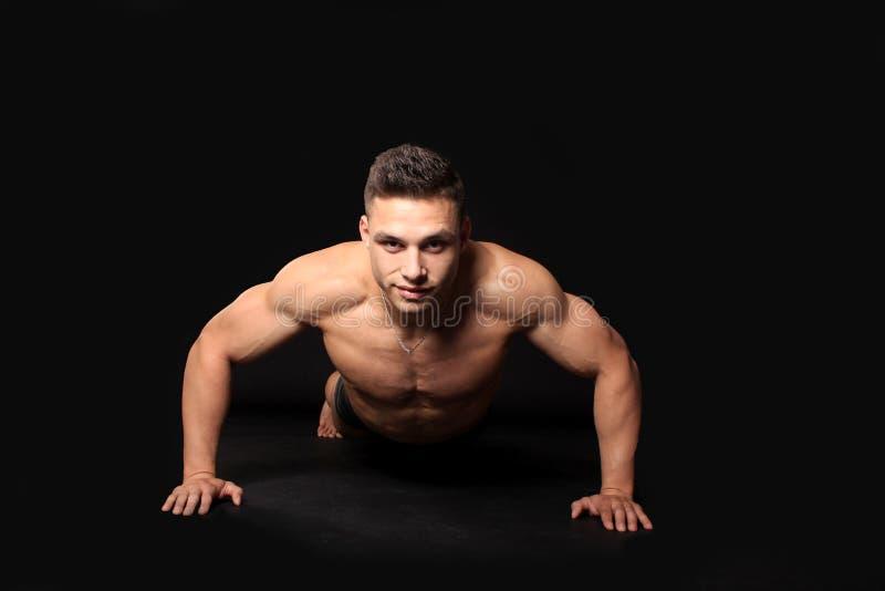 Przystojny bodybuilder mężczyzna obrazy stock