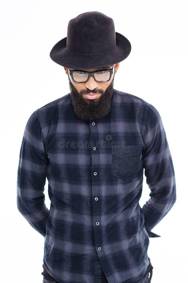 Przystojny brodaty afrykański mężczyzna w czarnym kapeluszu i szkłach fotografia stock