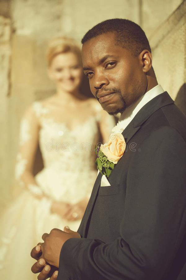 Przystojny brodaty amerykanina afrykańskiego pochodzenia fornal dotyka obrączkę ślubną na palcu obrazy stock