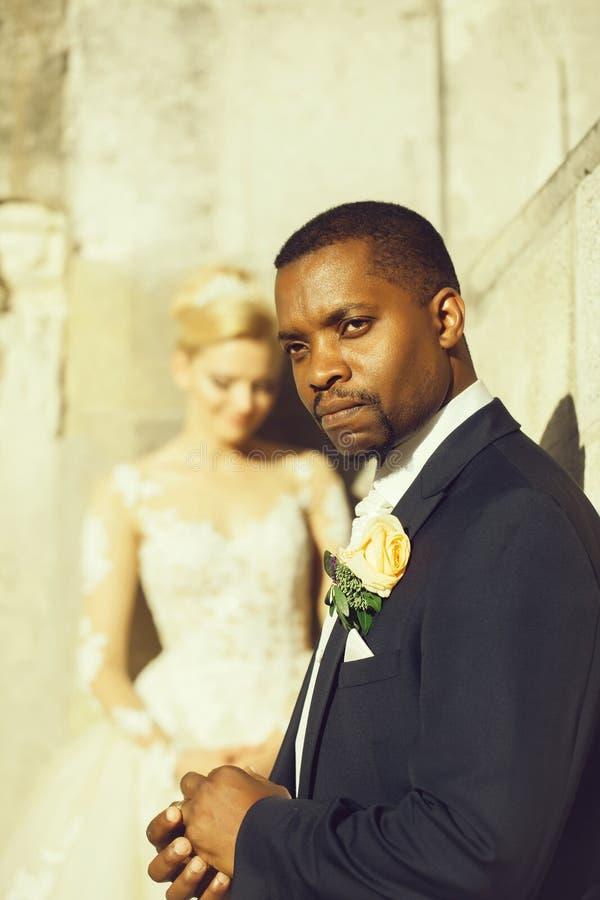 Przystojny brodaty amerykanina afrykańskiego pochodzenia fornal dotyka obrączkę ślubną na palcu fotografia royalty free