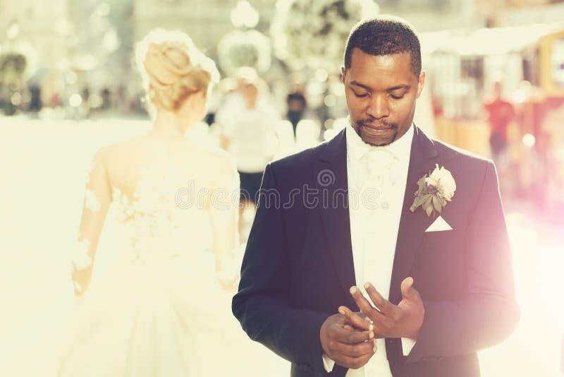 Przystojny brodaty amerykanina afrykańskiego pochodzenia fornal dotyka obrączkę ślubną na palcu zdjęcie royalty free