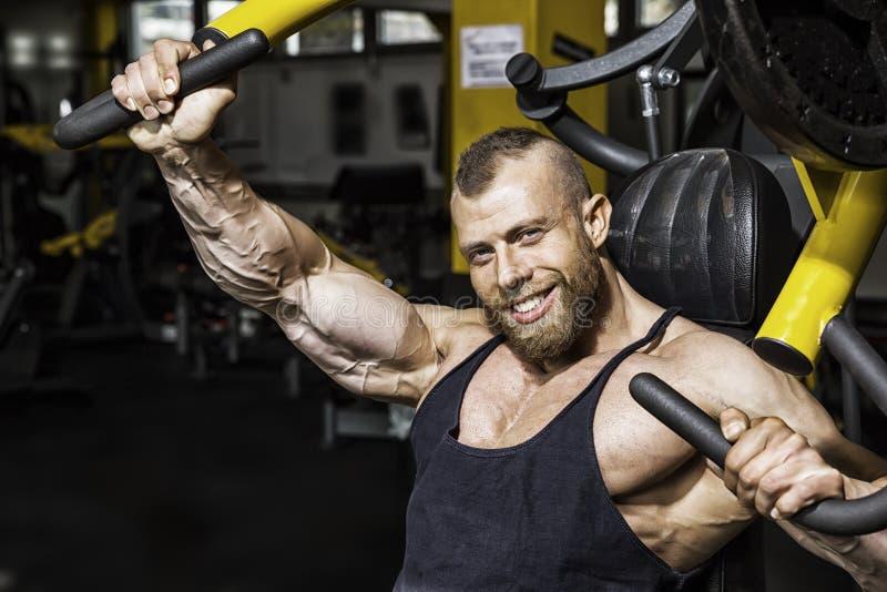 Przystojny brodaty bodybuilding mężczyzna zdjęcie stock